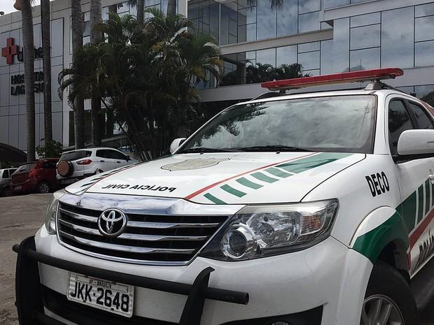 Carro da Polícia Civil em frente ao hospital Daher, no Lago Sul, em Brasília, durante apreensão de computadores e documentos na 2ª fase de operação contra a 'máfia das próteses' (Foto: Gabriel Luiz/G1)
