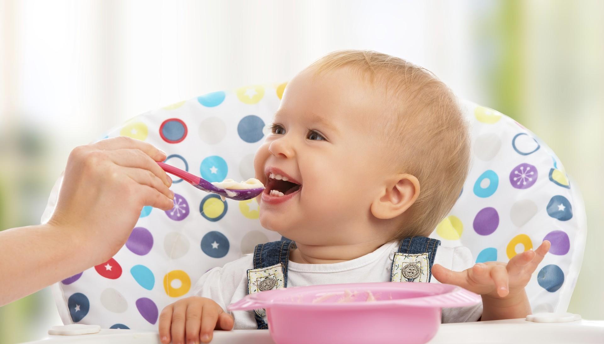 menina; cadeirão; papinha; comendo; sorriso (Foto: Thinkstock)