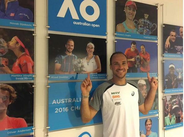 Bruno Soares aponta para as suas fotos no mural dos campeões do Aberto da Austrália (Foto: Reprodução Facebook)