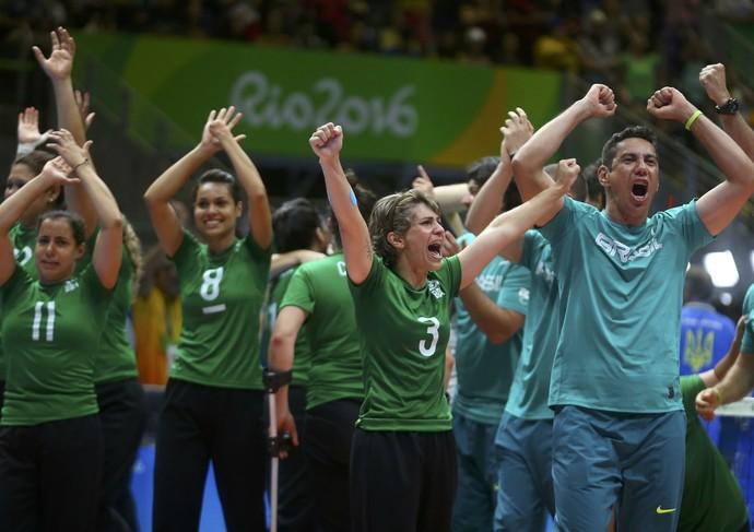 Brasil comemora medalha de bronze no vôlei sentado (Foto: Reuters)