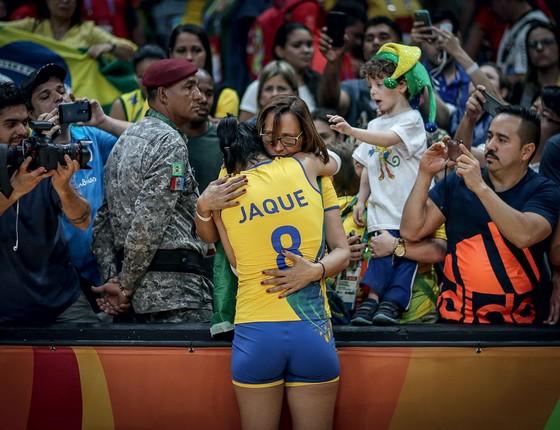 Jaqueline chora consolada pela mãe após derrota da seleção brasileira de vôlei para a China (Foto:  Ricardo Nogueira/ÉPOCA)