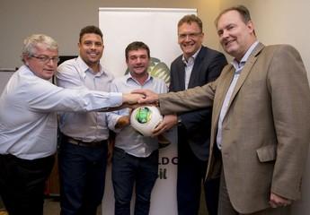 Ao centro, Andres Sanchez, representante do Corinthians nas negociações com a Fifa sobre o Itaquerão, entre o ex-jogador Ronaldo e o secretário-geral da Fifa, Jérôme Valcke (Foto: Getty Images)
