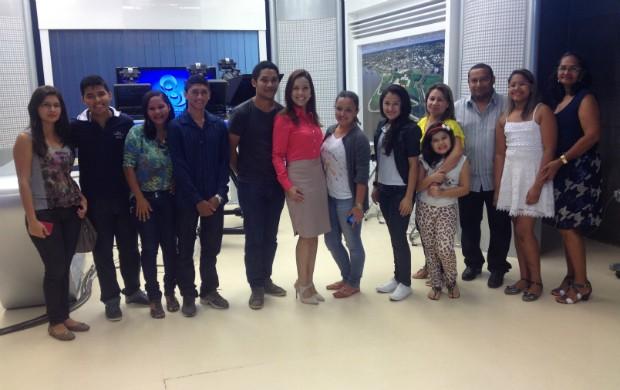 Visitantes foram recebidos pela apresentadora Elainne Juarez. (Foto: Rodrigo Sales/Tv Amapá)