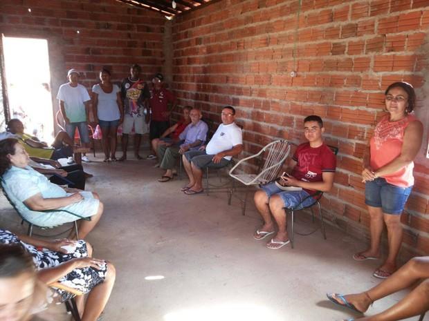 Amigos e parentes se reuniram durante a entrega das casas (Foto: Arquivo Pessoal)