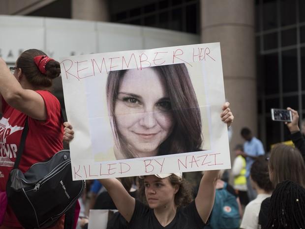 Charlottesville: manifestante em Minnesotta segura cartaz com a foto de Heather Heyer, de 32 anos, que morreu atropelada durante manifestação contra o racismo (Foto: Getty Image)