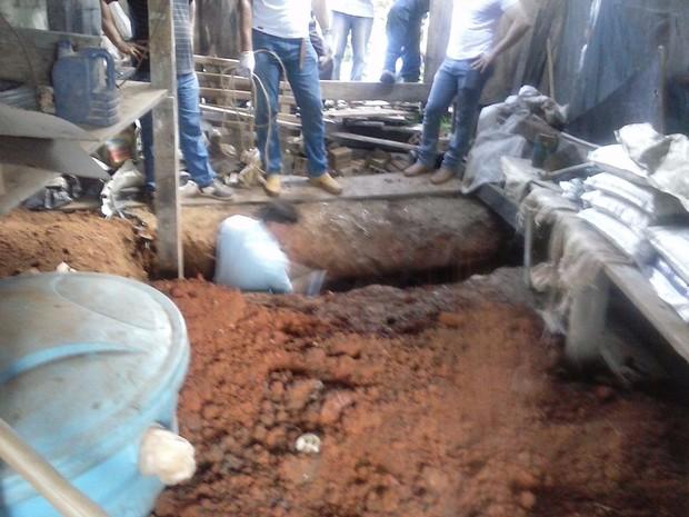 Os policiais foram até o local e localizaram o corpo da mulher enterrado em um cova no paiol do sítio.  (Foto: Ricardo Barros Silva/Divulgação)
