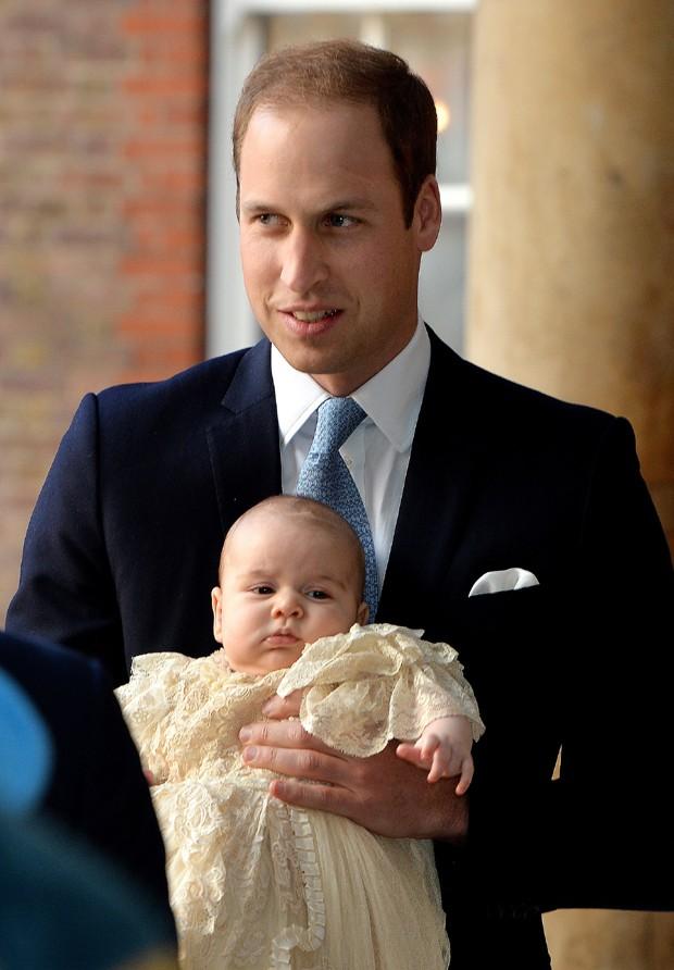 William segura o príncipe George no colo antes de batizado (Foto: AP)