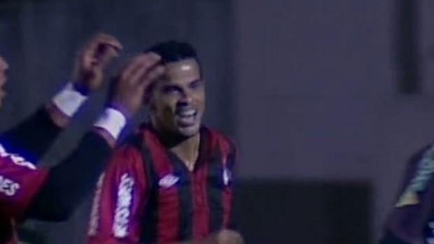 Bruno Mineiro comemora gol do Atlético-PR sobre o Paranavaí (Foto: reprodução RPCTV)