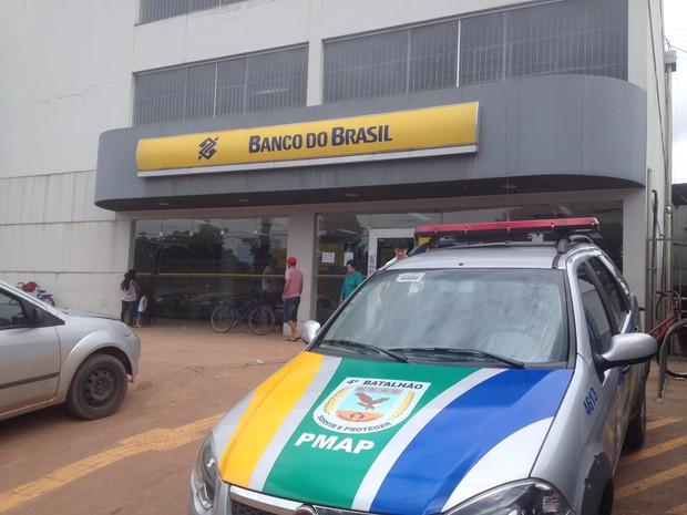 Agência bancária foi furtada na madrugada desta terça-feira (3) em Santana (Foto: Abinoan Santiago/G1)