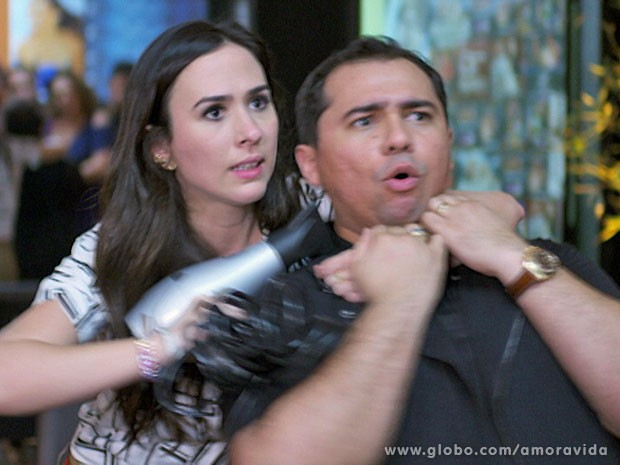 Valdirene parte com tudo para cima de Xand Avião (Foto: Amor à Vida/TV Globo)