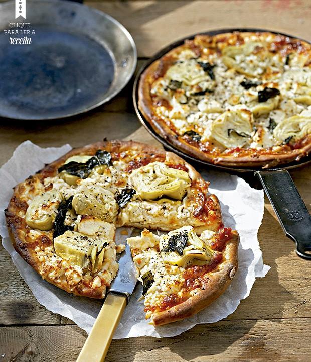 Pizza muito elegante, com alcachofras em conserva e queijo feta. Se quiser inovar na apresentação, asse e sirva em frigideiras de ferro (Foto: StockFood / Gallo Images Pty Ltd.)
