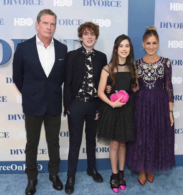 "NEW YORK, NY - OCTOBER 04:  (L-R) Thomas Haden Church, Charlie Kilgore, Sterling Jerins, and Sarah Jessica Parker attend the ""Divorce"" New York Premiere at SVA Theater on October 4, 2016 in New York City.  (Photo by Jamie McCarthy/Getty Images) (Foto: Getty Images)"