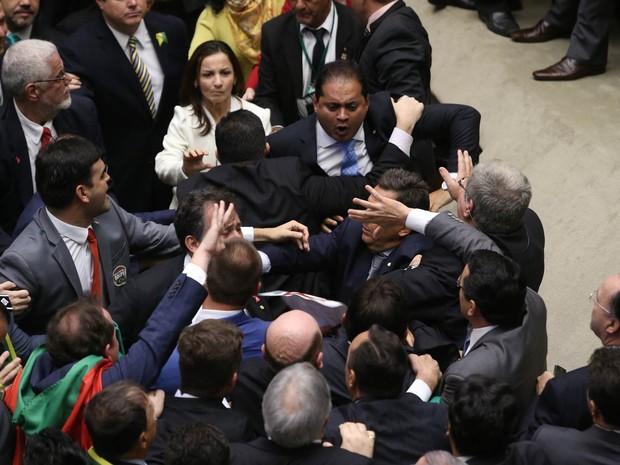 Reabertura da sessão especial para votar o processo de impedimento tem confusão entre deputados no plenário da Câmara, em Brasília (Foto: André Dusek/Estadão Conteúdo)