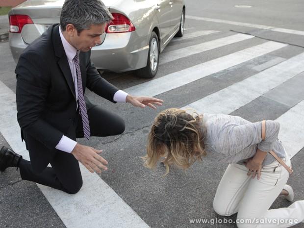 Érica se sente mal após atropelamento. Será que está tudo bem com o bebê? (Foto: Salve Jorge/TV Globo)
