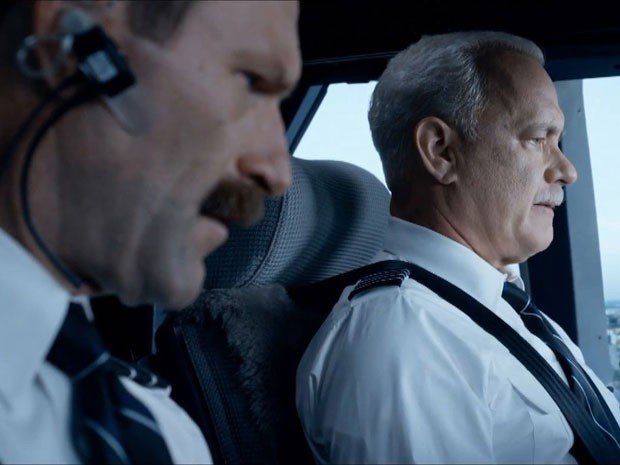 Aaron Eckhart (à esquerda) e Tom Hanks em cena de 'Sully: O herói do rio Hudson' (Foto: Divulgação)