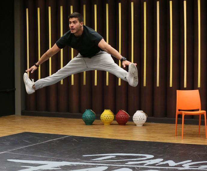 Arthur Aguiar exibe flexibilidade (Foto: Isabella Pinheiro / Gshow)