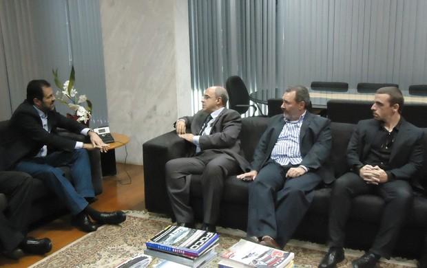 reunião presidente flamengo, Eduardo Bandeira de Mello, e governador do DF, Agnelo Queiroz (Foto: Fabrício Marques)