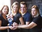 Thaís Pacholek e Belutti posam com as mães e o filho, Luis Miguel