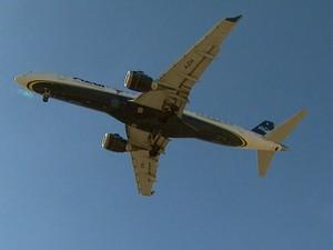 Avião decola no Aeroporto Internacional de Viracopos, em Campinas (Foto: Reprodução / EPTV)