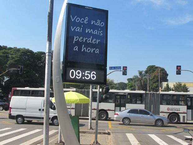 Relógio digital instalado nos cruzamentos das Avenidas 9 de Julho e Brasil (Foto: Tatiana Santiago/G1)