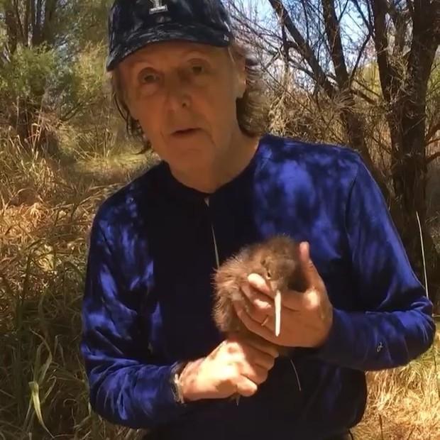 Paul McCartney e o kiwi Bubblicious, batizado por ele (Foto: reprodução/instagram)