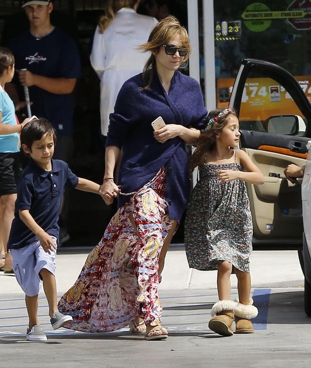 Jennifer Lopez e os filhos, Maximilian David e Emme Maribel, em San Diego, nos Estados Unidos (Foto: Grosby Group/ Agência)