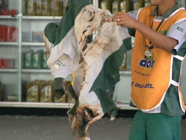 Roupa de funcionário do posto após a explosão (Foto: Reprodução/ TV Gazeta)