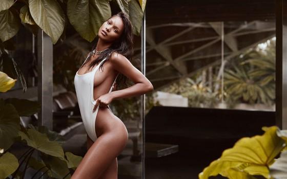 Lais Ribeiro estrela nova campanha de grife de moda praia e diz não ter problemas em ser clicada em trajes mínimos (Foto:  Zoey Grossman)
