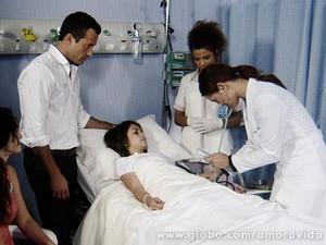 Paloma fica tensa ao ver a menina (Foto: Amor à Vida / TV Globo)