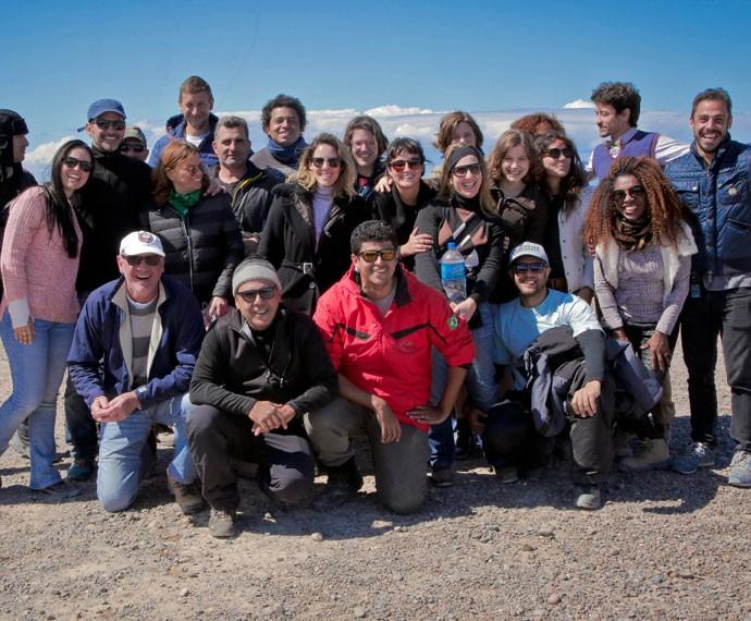 Alice Wegmann e Jesuíta Barbosa posam junto com equipe e produção da minissérie! (Foto: Gabriel Nascimento/Gshow)