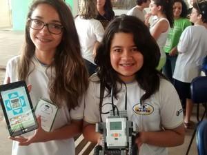 Letícia Amorim e Fernanda Castro em festival de robótica em Suzano (Foto: Jamile Santana/G1)