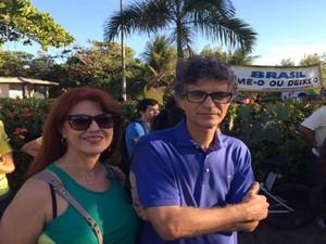 """ARACAJU (SE) - """"Precisamos dar um basta na corrupção e o PT tem que sair do poder"""", destacou o manifestante Paulo Seabra, que compareceu ao ato acompanhado da irmã (Foto: Tássio Andrade/G1)"""