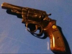 Arma foi apreendida durante ação no bairro Tararaca (Foto: Divulgação/Polícia Militar)