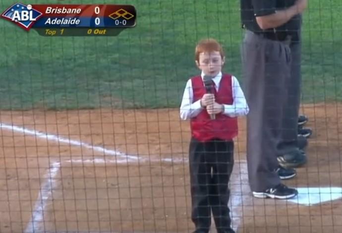 garoto soluço beisebol austrália hino nacional (Foto: Reprodução/ABL)