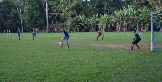 Atlético-AC treinou passes e finalizações, nesta terça, no campo do Bacú (Foto: Murilo Lima)