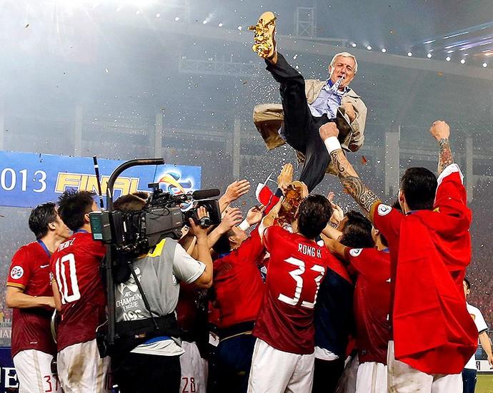 Marcello Lippi comemoração Guangzhou Evergrande troféu Ásia (Foto: Reuters)