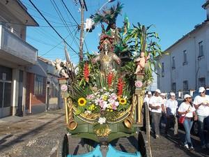 Caboclo na saída do cortejo do 2 de julho, Salvador, Bahia (Foto: Lílian Marques/ G1)