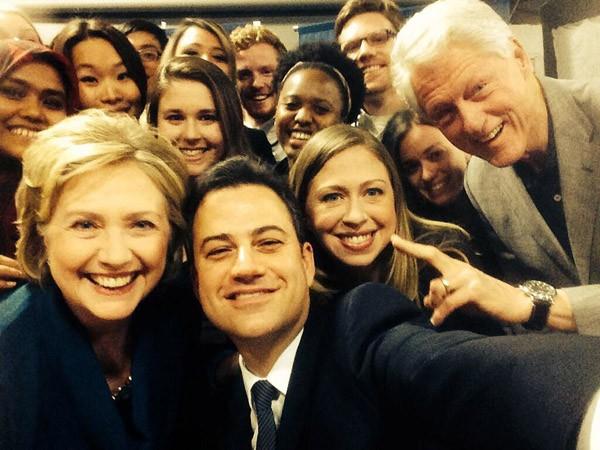 Inspirado por Ellen DeGeneres, Jimmy Kimmel fez essa foto com o casal Clinton durante evento em universidade (Foto: Twitter)