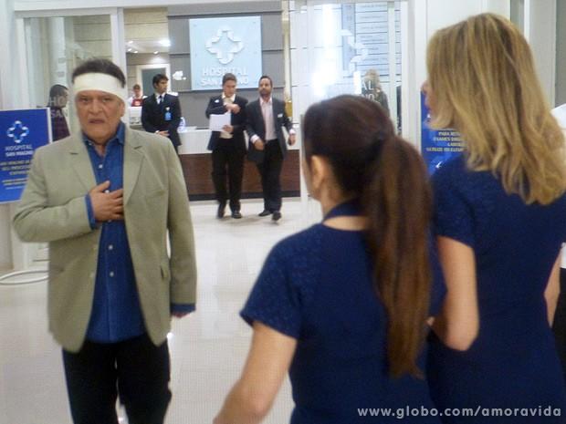 Cambaleante, Atílio deixa o hospital San Magno (Foto: Amor à Vida / TV Globo)