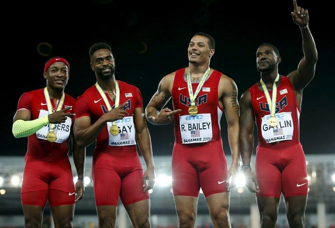 Equipe americana celebra vitória no 4x100m em Nassau (Foto: Reuters)