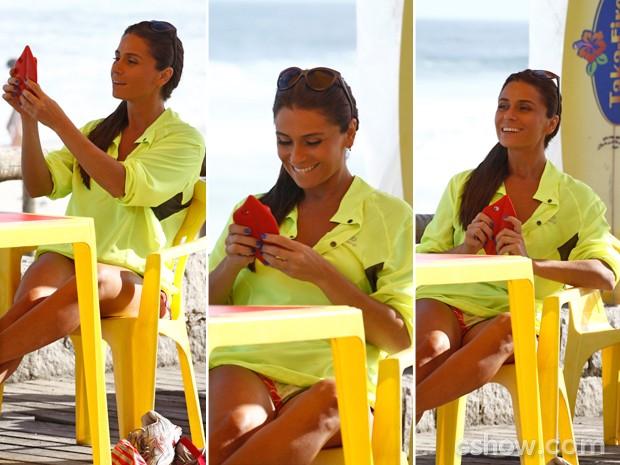 Não sai da cabeça! Clara tira foto e manda para Marina (Foto: Inácio Moraes/ TV Globo)