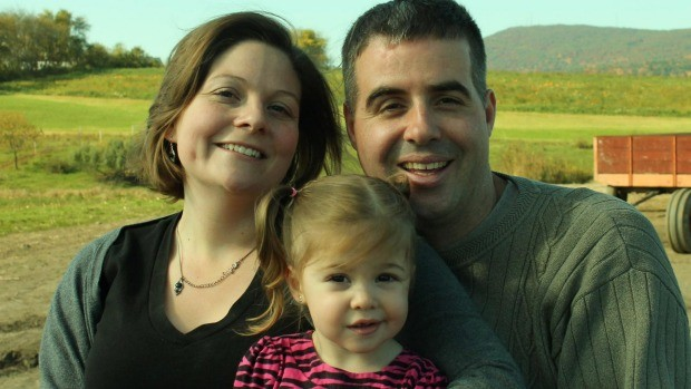 Aimee, Nick e a filha Lilah, a quem ele precisa ser apresentado todos os dias