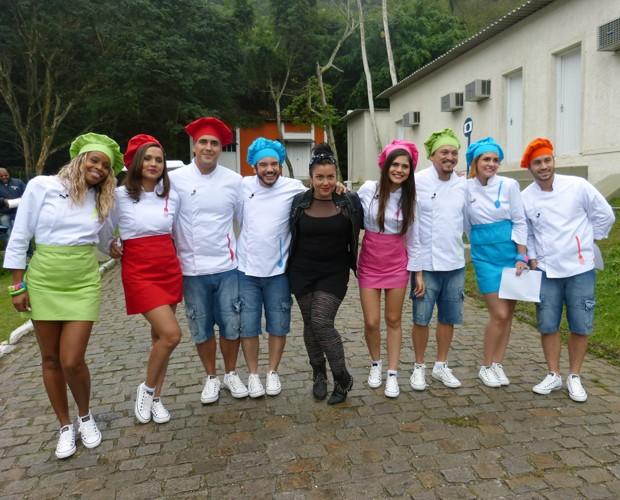 Ludmilla Soeiro posa com participantes do Super Chef (Foto: Mais Você/TV Globo)