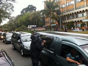 Corpos de família de PMs foram levados em comboio para cemitério (Foto: Letícia Macedo/G1)