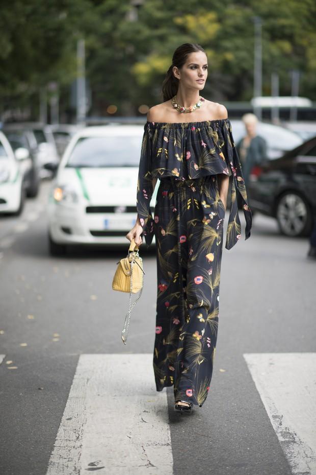 A brasileira Izabel Goulart usa look estiloso nos bastidores da semana de moda de Milão (Foto: Getty Images)