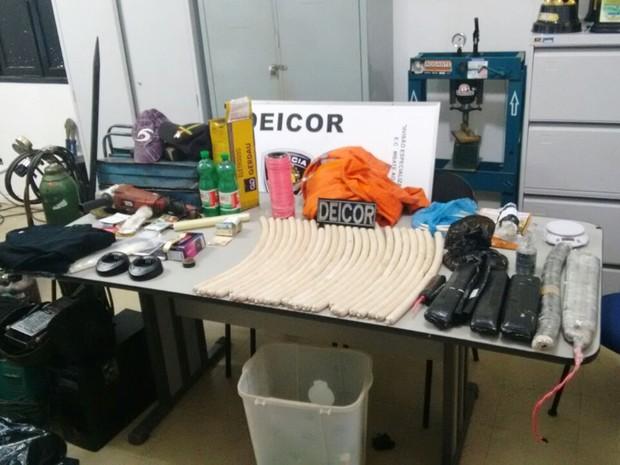 Explosivos e maçaricos usados em explosões e arrombamentos de terminais bancários foram apreendidos pela Deicor  (Foto: Polícia Civil/Divulgação)