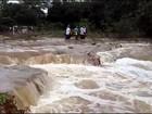 Família carrega caixão por correnteza em via que cedeu após chuva; assista