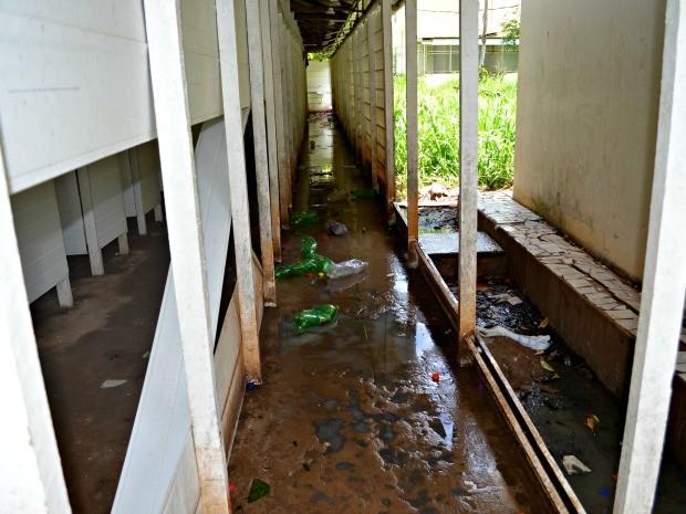 Local utilizado pelos imigrantes para tomar banho em abrigo na capital do Acre (Foto: Aline Nascimento/G1)