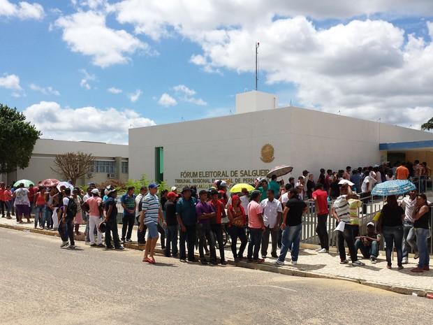 Fila lota Fórum de Salgueiro no último dia do cadastro da biometria (Foto: Jadir Souza/TV Grande Rio)
