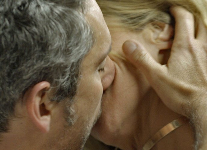 Romero dá beijão em Atena (Foto: TV Globo)